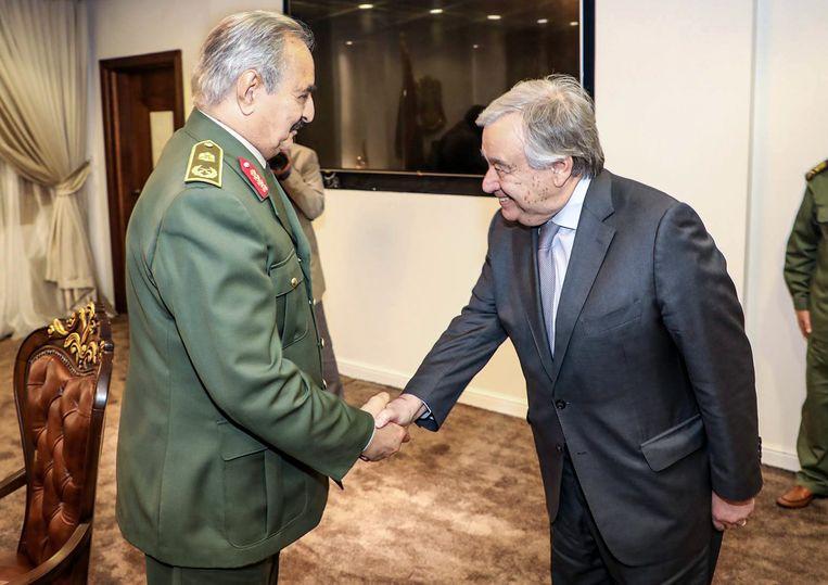 LNA-leider Khalifa Haftar begroet op 5 april secretaris-generaal Antonio Guterres van de Verenigde Naties in zijn hoofdkantoor, 25 kilometer ten oosten van Benghazi. Beeld AFP