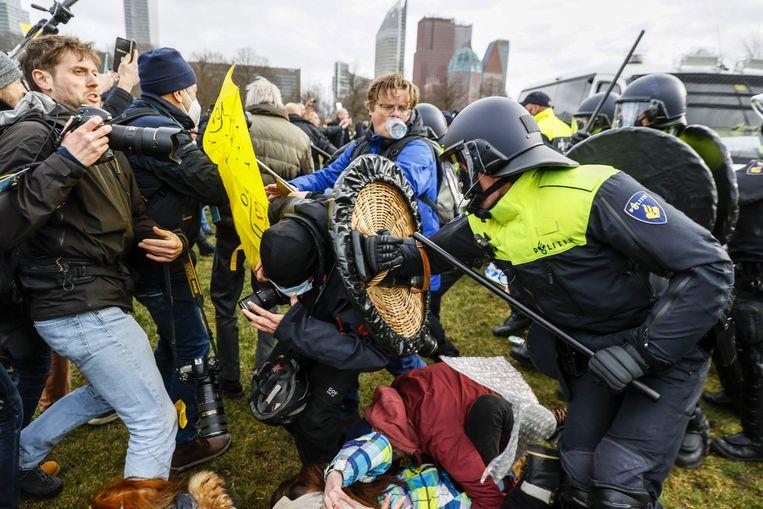 De marechaussee voert charges uit op het Malieveld in Den Haag. Beeld AFP