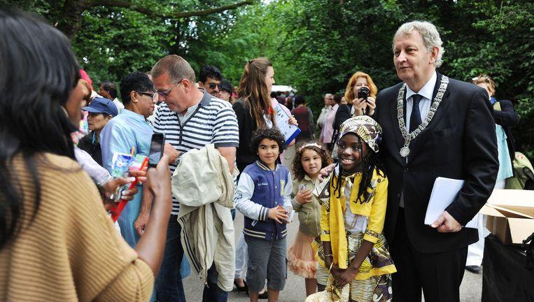 Onder amsterdammers Burgemeester Van der Laan laat zich fotograferen met een jonge fan op het Keti Koti festival in het Oosterpark, juli 2012. Beeld Foto Guus Dubbelman / de Volkskrant