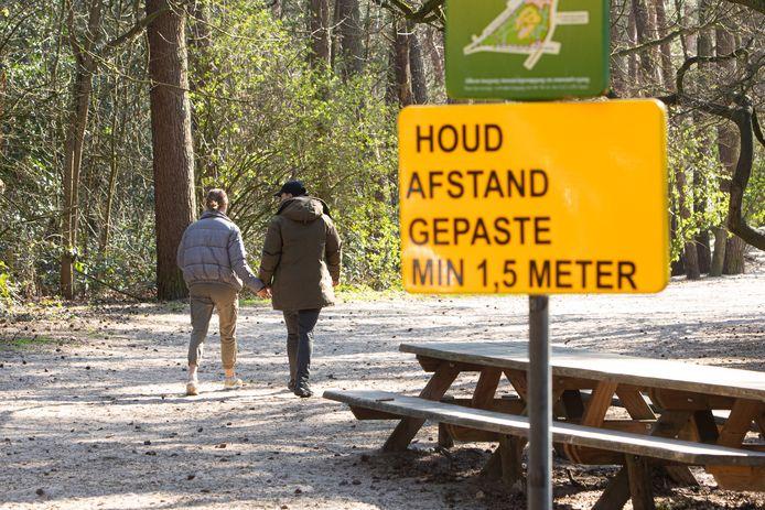Wandelaars worden gewezen op de 1,5 meter afstand. Foto ter illustratie.