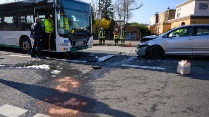 Auto ramt Duitse schoolbus: zestien gewonden