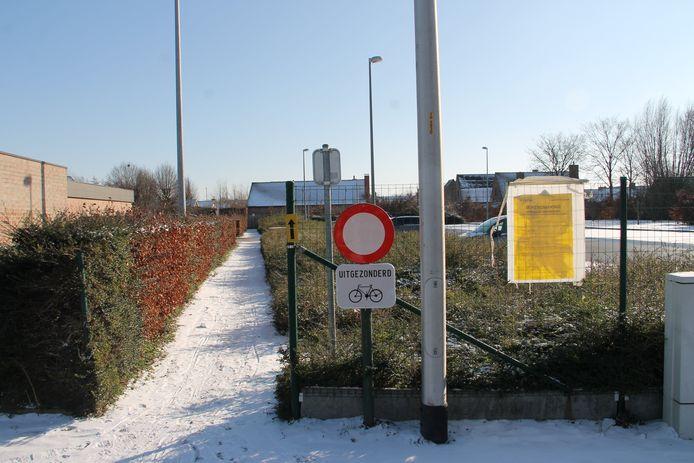 De voetweg in de Krekelmotestraat wordt honderden meter verplaatst.