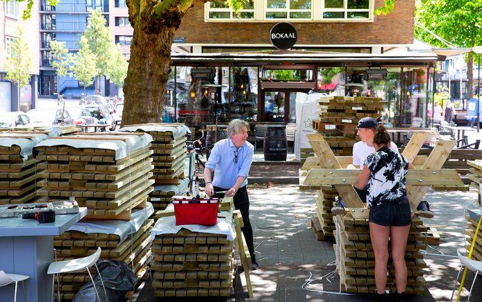 De komende dagen worden op de Nieuwemarkt circa 100 houten tafels met banken neergezet om zo een groot gezamenlijk terras te creëren.