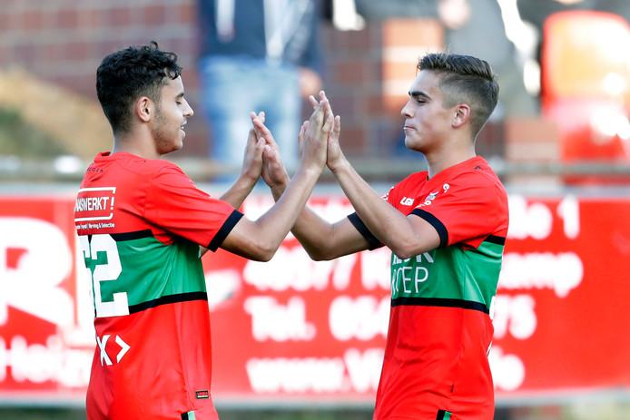 Ayman Sellouf (links) wordt gefeliciteerd met een goal in de voorbereiding door Bart van Rooij. Maandag scoorde de vleugelaanvaller voor Jong NEC dat de eerste wedstrijd in de kampioenspoule met 3-2 verloor van Jong Willem II.