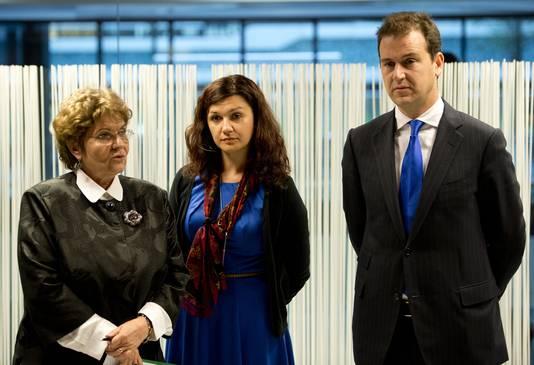 Mariana Campeanu, links, de Roemeense minister van Arbeid en minister Lodewijk Asscher van Sociale Zaken tijdens een top over EU-migratie in 2013.