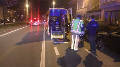 Bestelwagen knalt op ambulance en verliest voorwiel