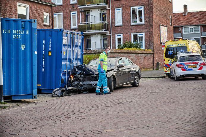Een ambulancemedewerker verleent hulp.