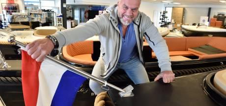 Jans uitvinding is een hit: nooit meer een afgebroken vlag als je met je sloep onder een lage brug door vaart