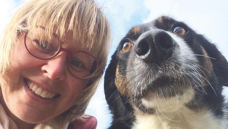 Sabine Vermeulen met haar hond Ozzy.