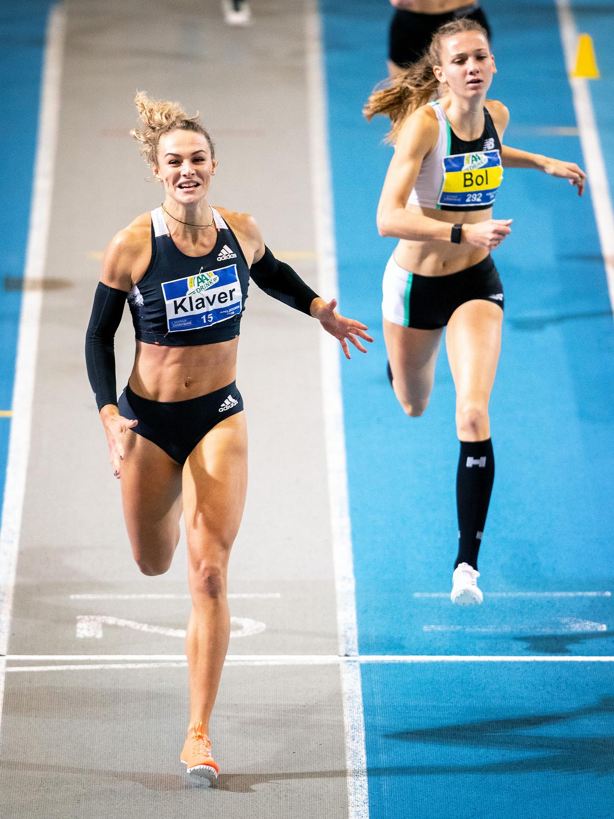 Lieke Klaver (links) verslaat op de 400 meter Femke Bol bij de NK indooratletiek 2020. Inmiddels is Bol sneller. Beeld Jiri Büller /  de Volkskrant