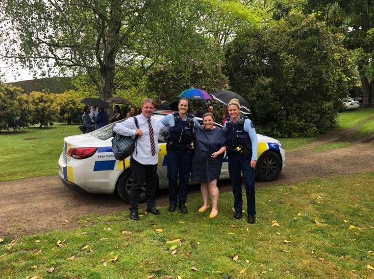 Megan en haar vriend werden door twee vriendelijke politievrouwen naar het trouwfeest gebracht.