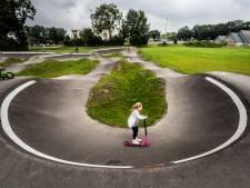 Met gevaar voor eigen leven op BMX-fietsjes, skates, stepjes of skateboards over de bulten en door de kombochten
