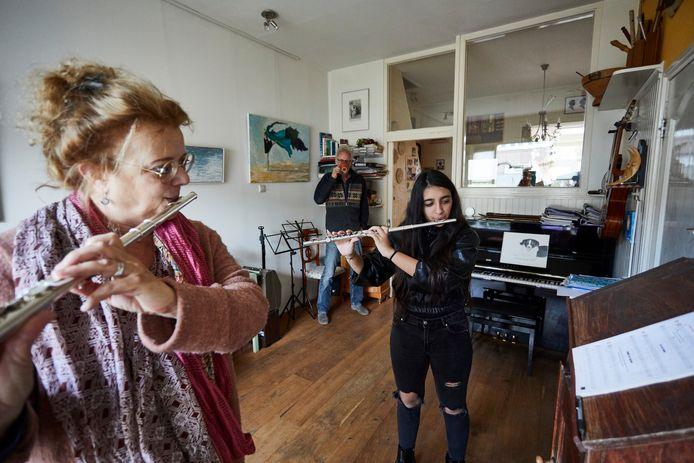 Koordirigent Merel Harkink geeft dankzij de speciale inzamelactie ook muziekles. De Iraanse Sahel krijgt fluitles. Op de achtergrond luistert Karel Overbeek mee, hij is initiatiefnemer