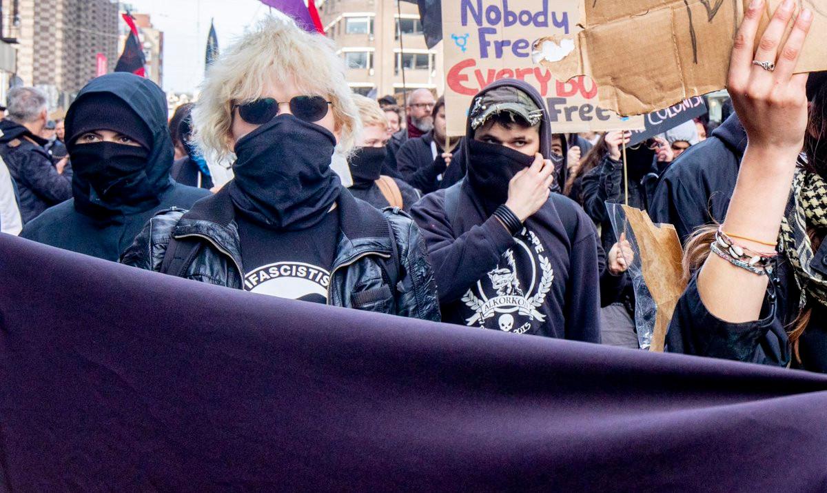 De 21-jarige Nijmeegse vrouw, tijdens een demonstratie in Amsterdam schreeuwde 'Als je Thierry dood wil schieten, zeg dan paf!'.