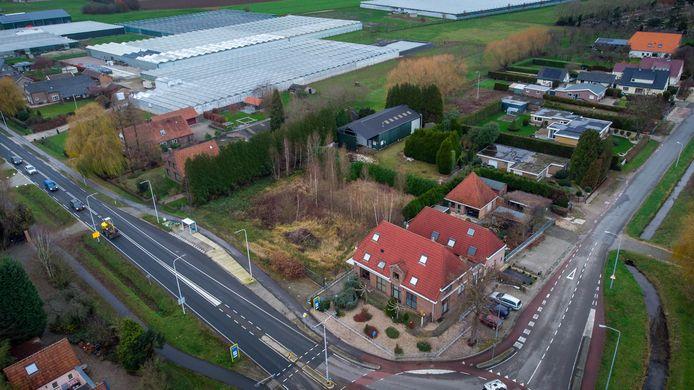Het 'geschil-Milder' in vogelvlucht. De betwiste loods staat achter op het perceel. Naar links loopt de Langestraat naar Haalderen het beeld uit.