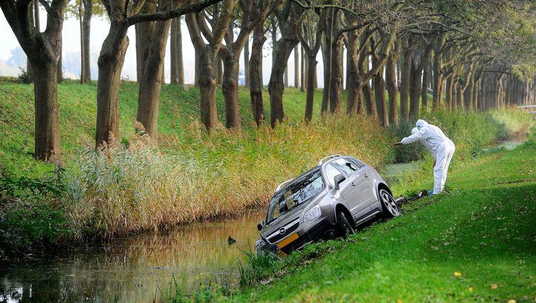 De politie onderzoekt in Diemen de auto van Peter 'Pjotr' R., in november vorig jaar Beeld Evert Elzinga / ANP