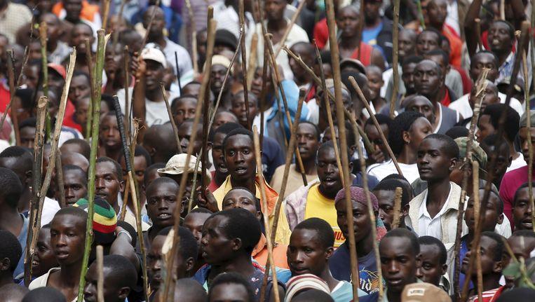 Demonstranten tegen de derde ambtstermijn die president Pierre Nkurunziza beoogde en kreeg, vorig jaar in Bujumbura. Beeld REUTERS