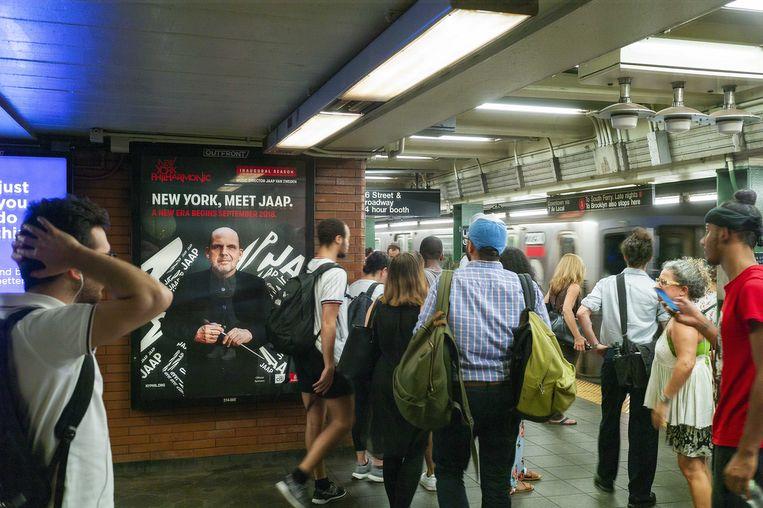Affiche van het New York Philharmonic Orchestra in de metro met de aankondiging van het feestelijke galaconcert waarmee Jaap van Zweden donderdag officieel als chef-dirigent bij het orkest begint. Beeld ANP