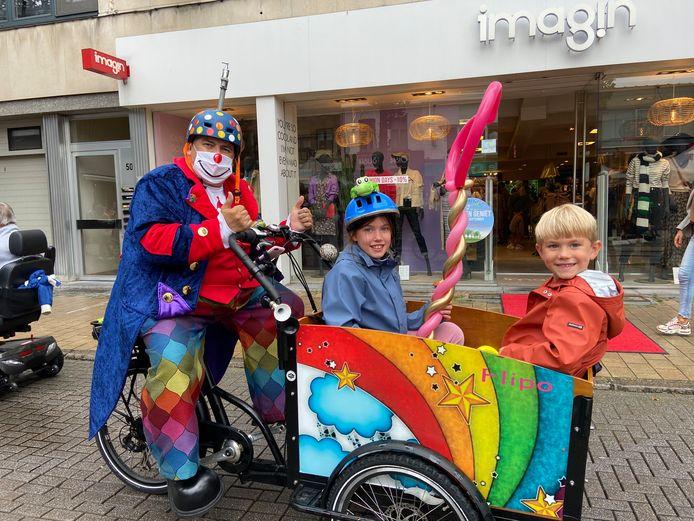 Een bakfiets als taxi bestuurd door een clown