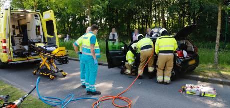 Brandweer moet bestuurster uit auto bevrijden na botsing in Boxmeer