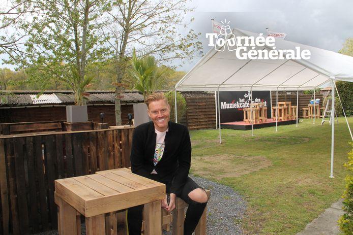Michael Lanzo in de tuin van zijn gerenoveerde horecazaak Den Toerist in Meulebeke.