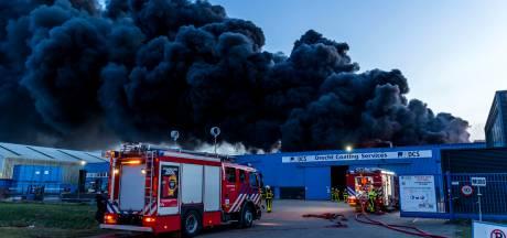 Sein brand meester gegeven voor zeer grote brand Moerdijk, brandweer nog uren bezig met nablussen