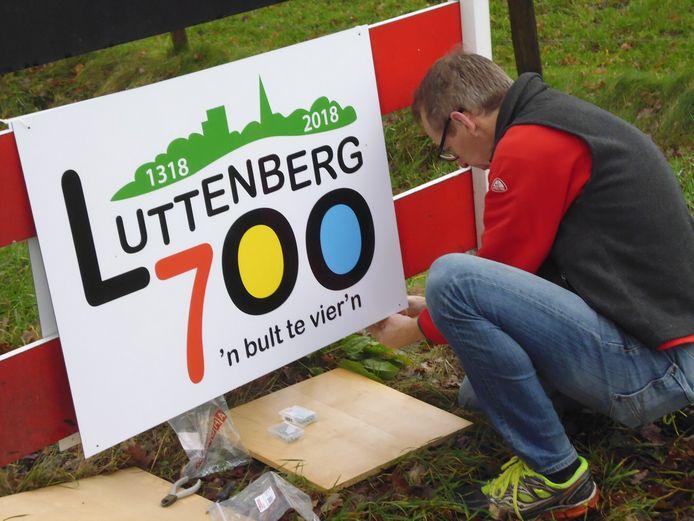 De stichting Luttenberg 700 is al een tijd bezig om met borden de aandacht op het bijzondere jaar te vestigen.