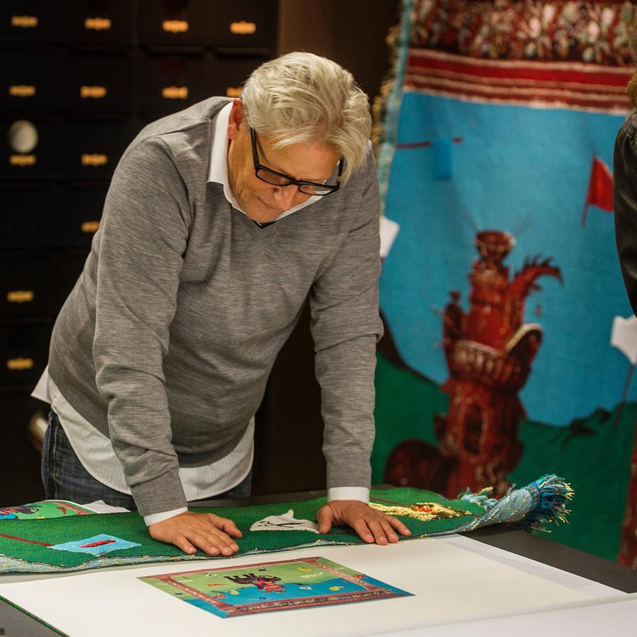 Jan Fabre bestudeert de wandkleden