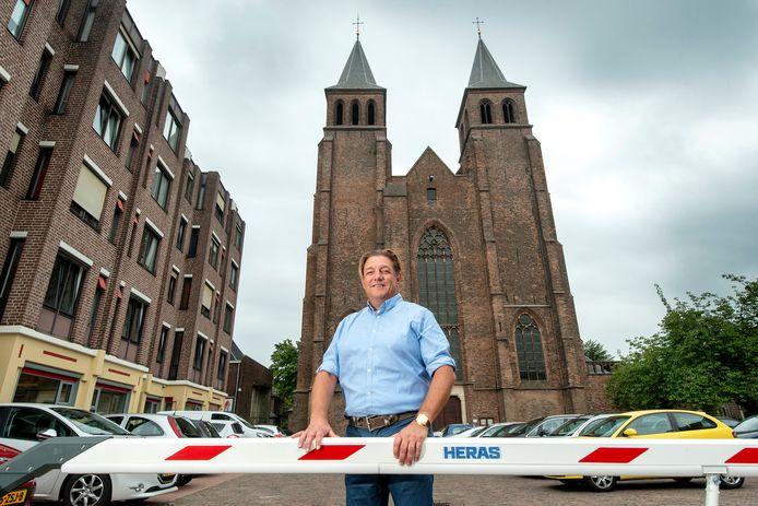 De parkeerplaats aan de voorzijde van de Walburgiskerk in Arnhem  maakt plaats voor een park, zegt Theo de  Rijk, de nieuwe eigenaar van de oudste kerk van Arnhem. foto  Gerard Burgers