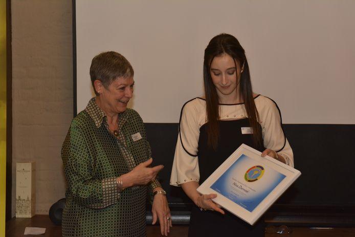 Nina Derwael ontving haar bekroning als ambassadeur uit handen van Raymonda Verdyck, afgevaardigd bestuurder van het GO!-onderwijs.