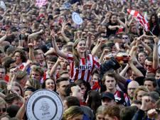 Honderden PSV-supporters verzamelen zich in Barcelona bij Port Vell