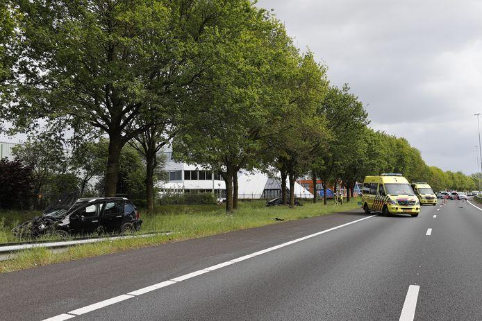 De auto's zijn tussen de bomen langs de weg tot stilstand gekomen en zijn ernstig beschadigd.