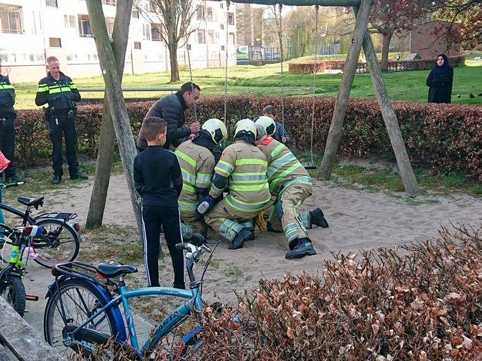 Een kind kwam vast te zitten in een schommel.