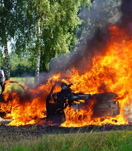 Crossauto gaat in vlammen op in Rijen
