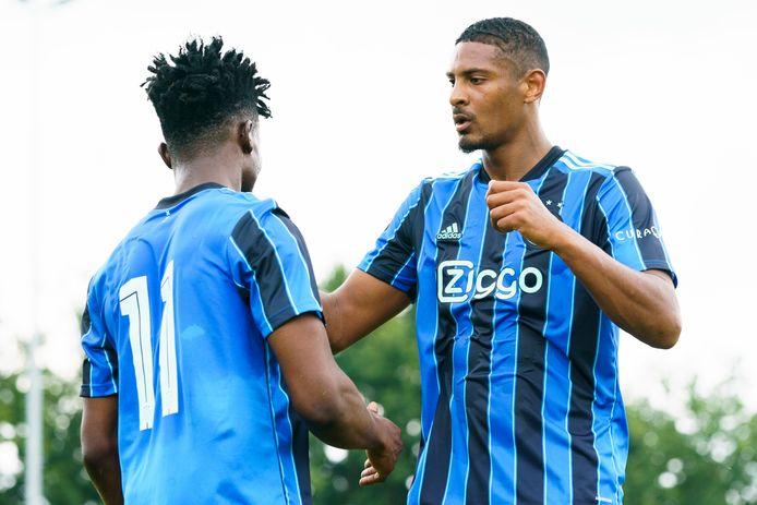 Mohammed Kudus en Sébastien Haller vieren de 2-0.
