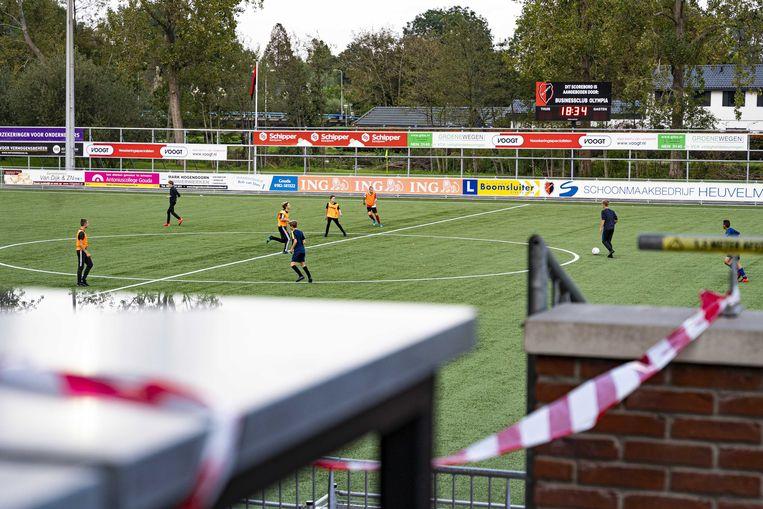 Spelers van voetbalvereniging Olympia trainen op het veld.  Beeld ANP
