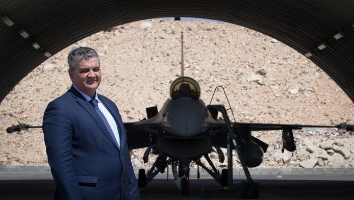 Le ministre de la Défense Steven Vandeput (N-VA) devant un F16.