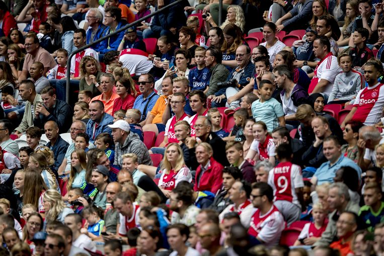 Fans op de tribune tijdens een open dag van Ajax vóór coronatijd.  Beeld ANP
