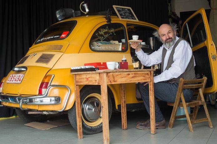 Stef Geers in zijn Fiat 500, die hij ombouwde tot kleine koffiebar.