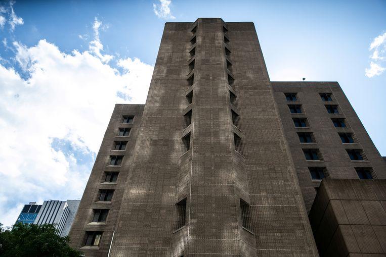 Jeffrey Epstein zat opgesloten in het Metropolitan Correctional Center in Manhattan. De gevangenis staat bekend als een van de strengst beveiligde van de VS. Beeld REUTERS