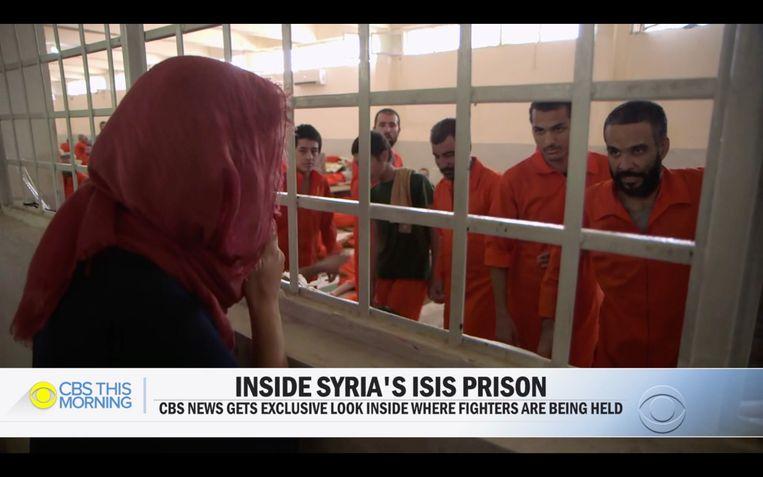 Een journalist van de Amerikaanse zender CBS spreekt in een Koerdische gevangenis met gevangenen. Onder hen zou zich ook de Belg Abdellah Nouamane bevinden.  Beeld CBS News