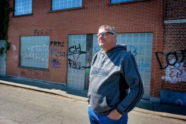 Kurt Van Vlem, die opgroeide in Doel. Waar dagjesmensen zich vergapen aan de graffiti op verloederde gevels, ziet Van Vlem wat er ooit was. Beeld Marc Baert