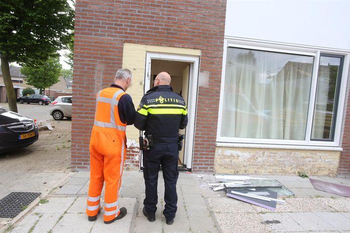 Politie valt woning binnen aan de Wethouder van Soestbergenstraat in Kruiskamp, Den Bosch.