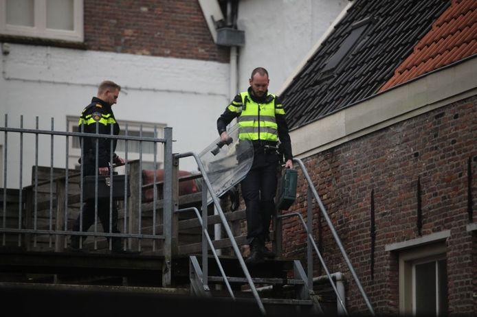 De politie zette onder meer een schild in bij de inval in Steenwijk.