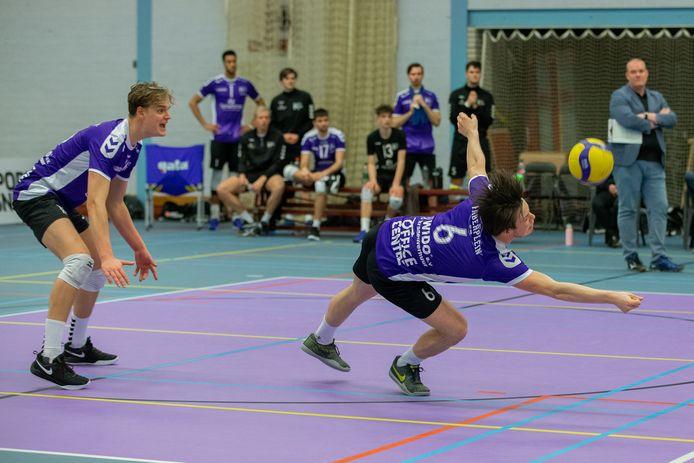 Vocasa-speler Daan Haanappels (rechts) in een uiterste poging om de bal in het spel te houden.