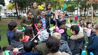 Kinderen testen gloednieuwe speeltuin Familia