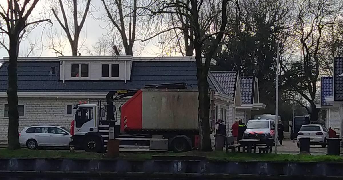 Politie doet inval bij woonwagenkamp aan Kanaalweg | Utrecht - AD.nl