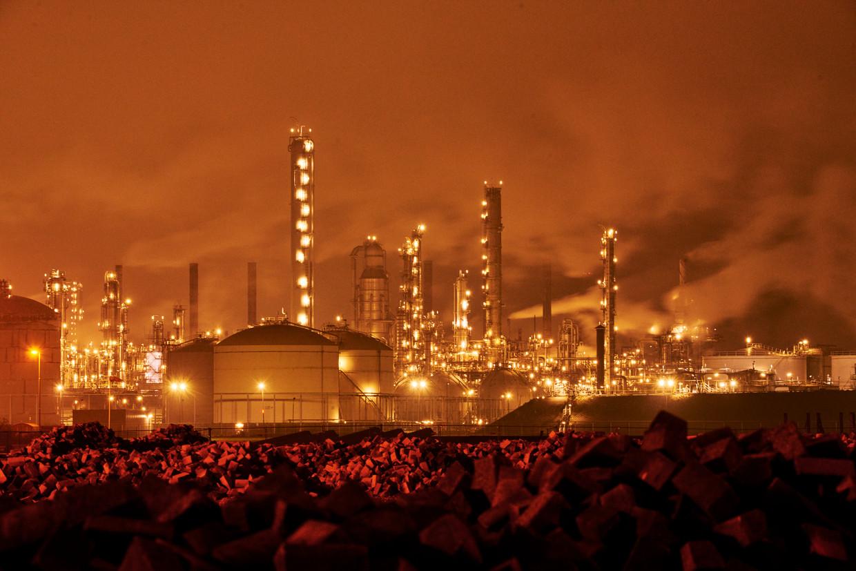 Shell Moerdijk. Volgens de eisers moet het olie- en gasconcern de CO2-uitstoot die het veroorzaakt uiterlijk in 2030 met zeker 45 procent terugbrengen.