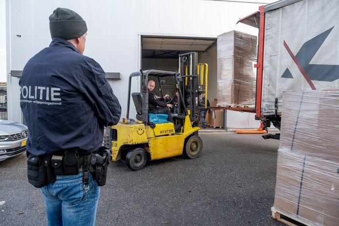 Vele dozen met illegale tabaksproducten werden zaterdagochtend in vrachtwagens geladen.