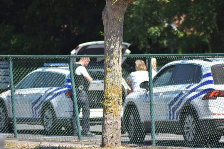 De inspecteurs van de politie doen de vaststellingen bij het ongeval.